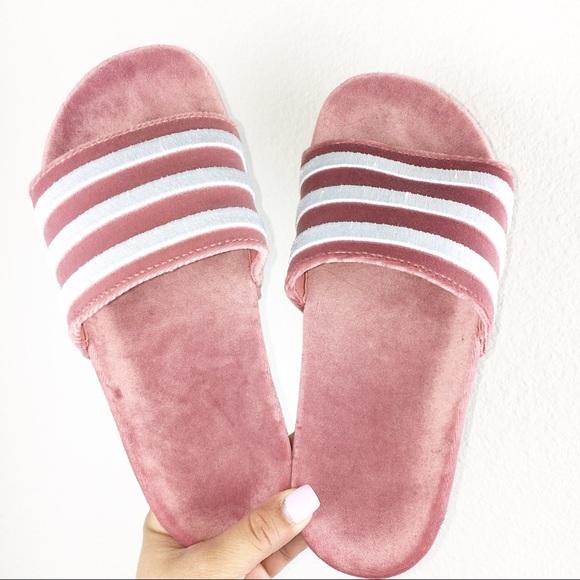 Adidas zapatos  mujer adilette diapositivas poshmark terciopelo rayado